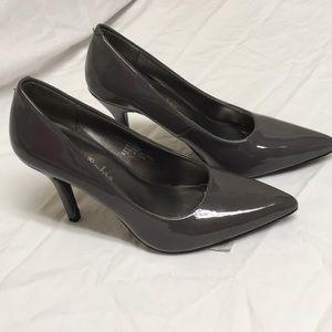 NWT Gabriella Rocha gray patent leather heels 6